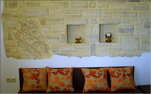 Wall decoration with a Plakoura element